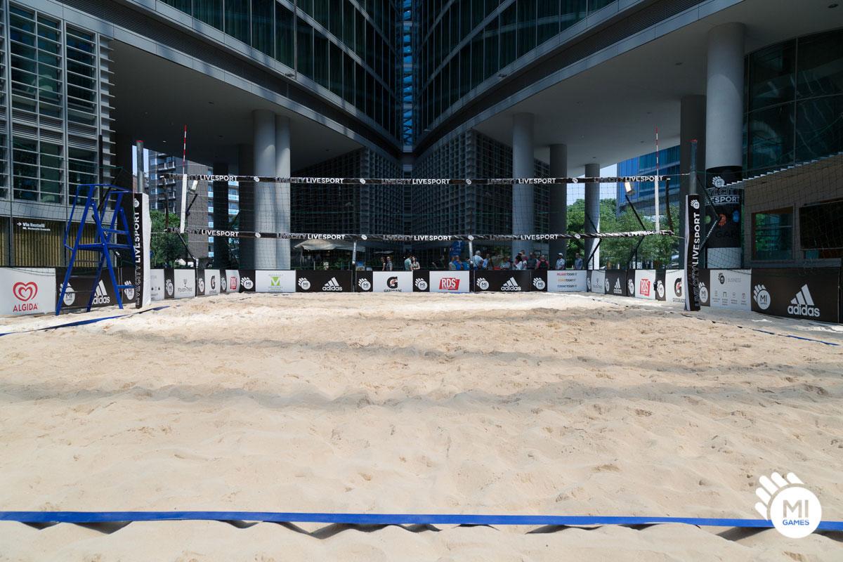 Interno campo da beach volley con visione frontale della rete