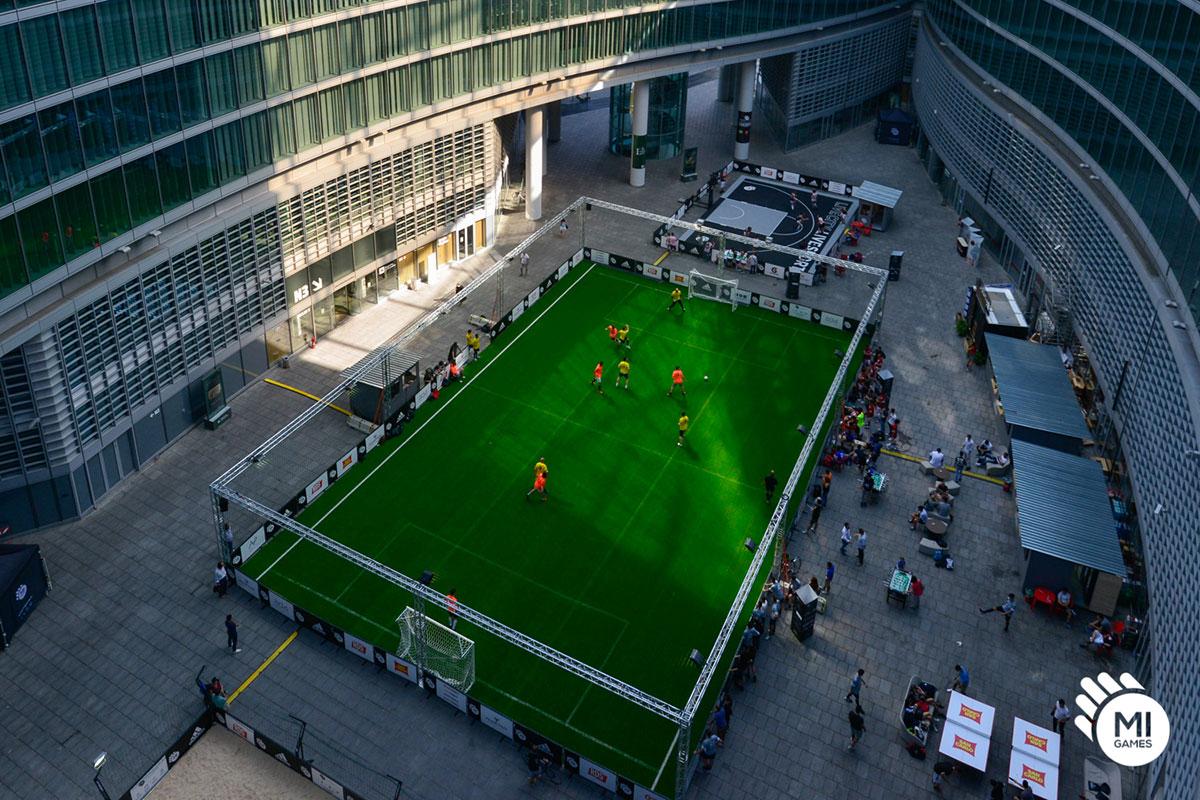 Campo calcetto montato in Piazza città di Lombardia, Milano