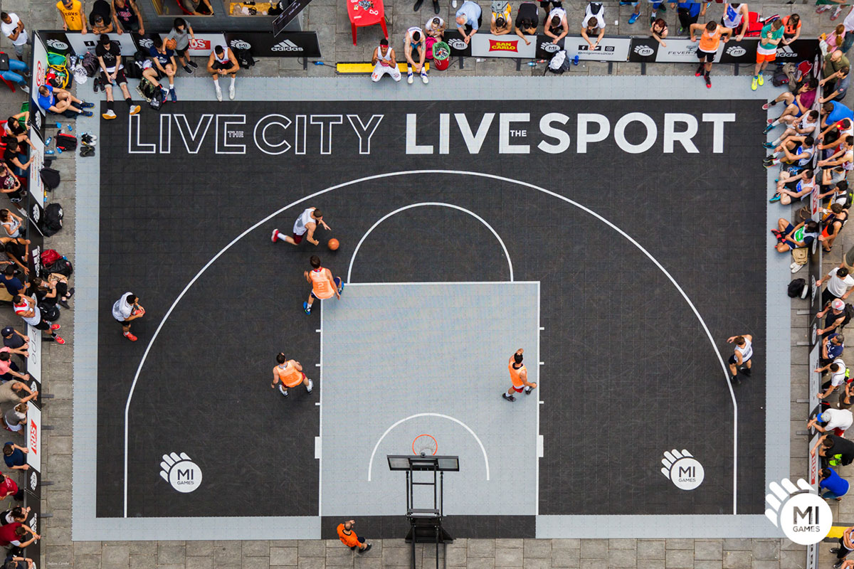 Campo da basket 3 contro 3 montato in piazza città di Lombardia, Milano