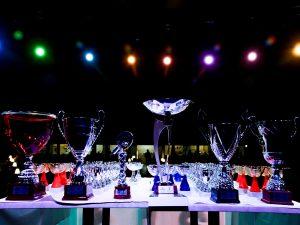 Serie di coppe personalizzate per evento sportivo